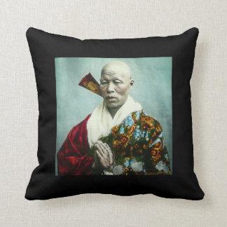 Prêtre vintage de Shinto de Japonais priant le Coussin