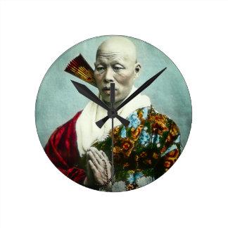 Prêtre vintage de Shinto de Japonais priant le Horloge Ronde
