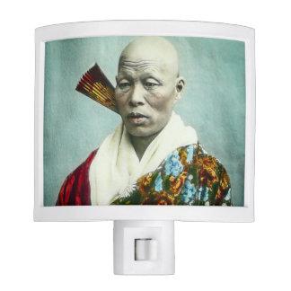 Prêtre vintage de Shinto de Japonais priant le Veilleuses