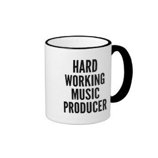 Producteur travaillant dur de musique mug ringer