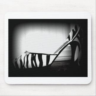 Produit noir et blanc de photo de chaussure de tal tapis de souris