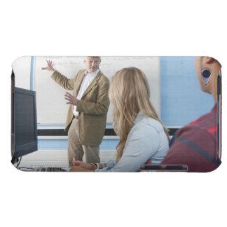 Professeur au tableau blanc expliquant la leçon à coques barely there iPod