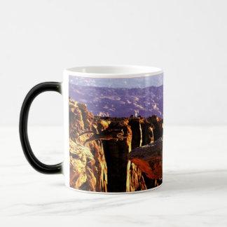 Puma sautant tasse à café