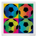 Quatre ballons de football dans différentes couleu