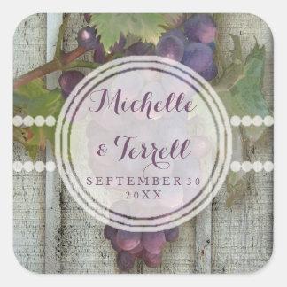 Raisins de vin rouge sur le mariage en bois de sticker carré