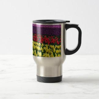 Rangées colorées des tulipes de ressort tasse à café