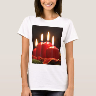 Red candles of an Advent wreath with fir branches T-Shirt