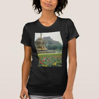 Red Edinburgh Castle, Scotland flowers T-Shirt