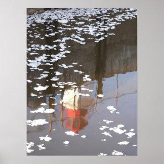 réflexion de phare avec de la glace de crêpe posters