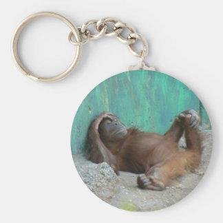 Repos d'orangutang de bébé porte-clé rond