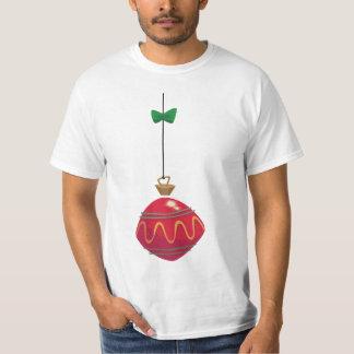 Rétro ornement rouge de Noël avec un arc vert T-shirt