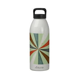 Rétro remous vintage sur l'arrière - plan de menth bouteilles d'eau réutilisables