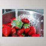 Rinicage de la fraise avec de l'eau poster