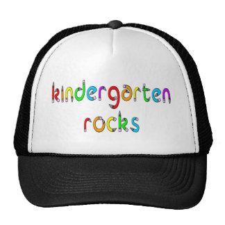 Roches de jardin d'enfants - chapeaux de crayon casquette