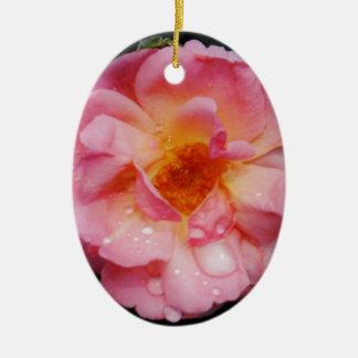 Rose de rose avec l'arrière - plan noir de baisses décorations de noël