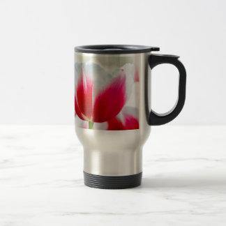 Rouge avec la tulipe blanche devant le champ mug de voyage en acier inoxydable