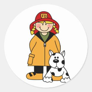 Sapeur-pompier de fille avec des T-shirts et des Sticker Rond