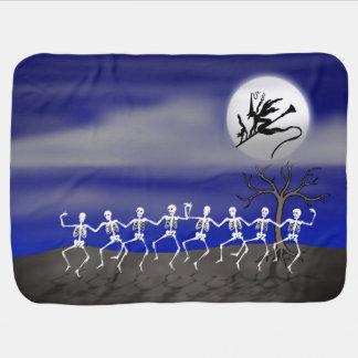 Scène éclairée par la lune de partie de Halloween Couvertures Pour Bébé