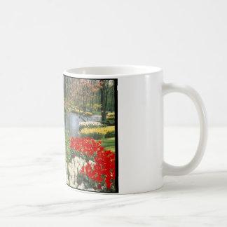 Scène jaune et rouge de l'eau de tulipes mug blanc