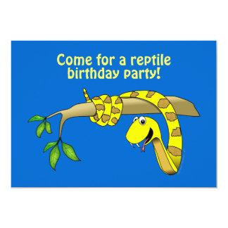 Serpent mignon de jaune de bande dessinée dans un invitations personnalisables