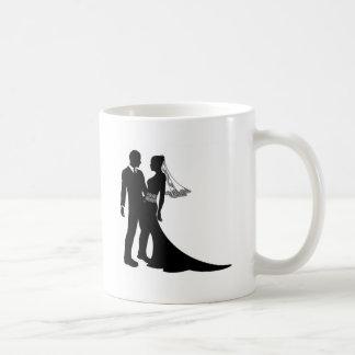 Silhouette de couples de mariage de jeunes mariés tasse