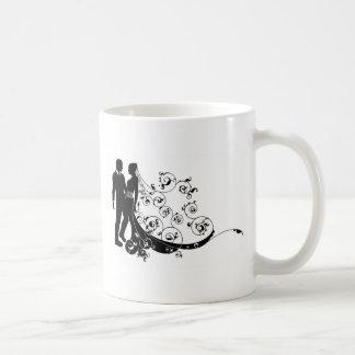 Silhouette de couples de mariage de jeunes mariés tasse à café
