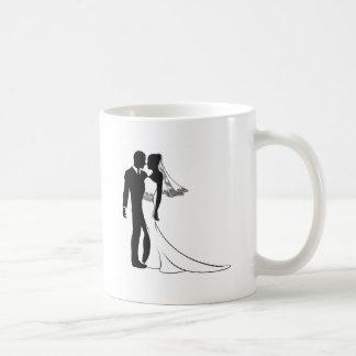 Silhouette de jeunes mariés mug