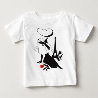 Silhouette vintage de belle femme avec un grand t-shirt pour bébé
