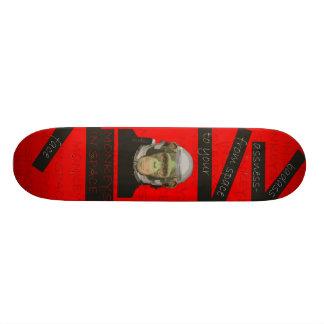 Singes dans la plate-forme 1 de l'espace skateboards customisés