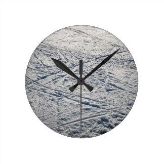 Ski traces round clock