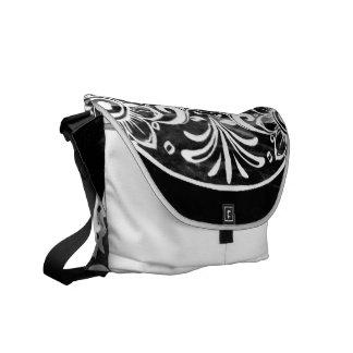Skull black and white 04 courier bag