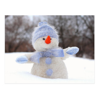 Sneeuwpop met blauwe muts postcard