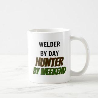 Soudeuse par le chasseur de jour par week-end mug blanc