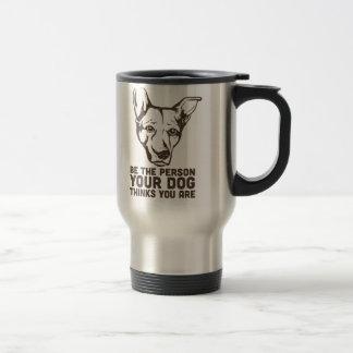 soyez la personne que votre chien pense que vous mug de voyage en acier inoxydable