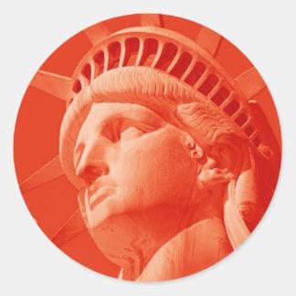 Statue de la liberté rouge adhésif rond