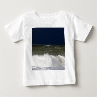 Stormy sea with waves und a dark blue sky. baby T-Shirt