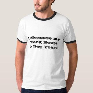 T-shirt d'années du chien des hommes/travail
