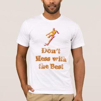 T-shirt Footballeur donnant un coup de pied la boule avec