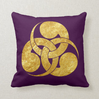 Tadpole Mon Japanese samurai clan in faux gold Throw Pillow