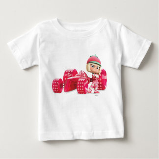 Taffyta posant avec la voiture tshirt