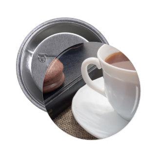 Tasse blanche de cacao chaud et d'un biscuit de macaron rond 5 cm