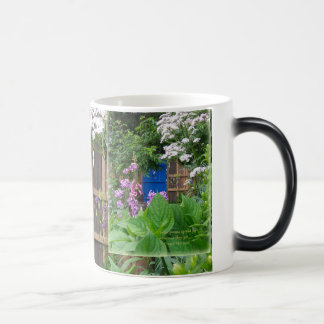 Tasse bleue de porte de jardin