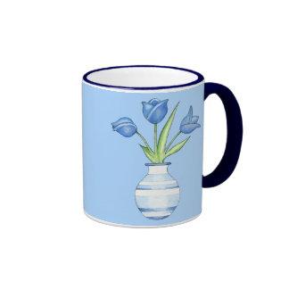 Tasse de bleu de tulipes bleues