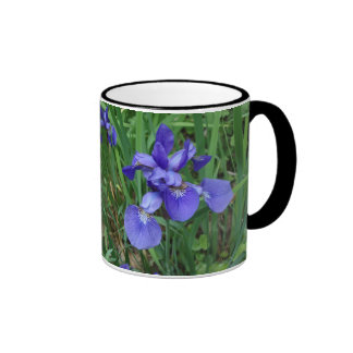 tasse de café bleue de jardin d'iris