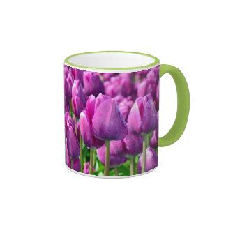Tasse de café pourpre de tulipe de ressort
