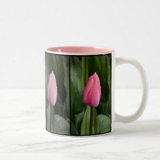 Tasse de café rose de motif de tulipe