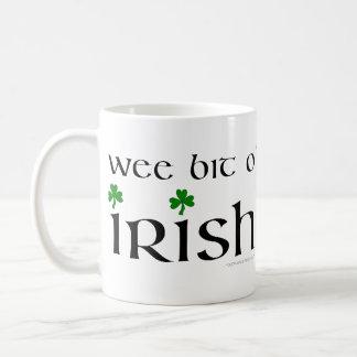 Tasse irlandaise de shamrock d'O de peu petit