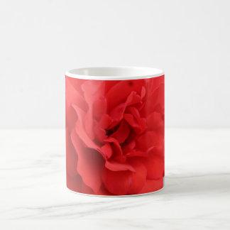 Tasse rose d'un rouge ardent