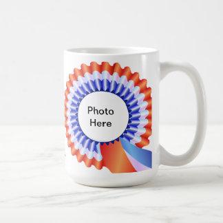 Tasse rouge, blanche et bleue de photo de rosette