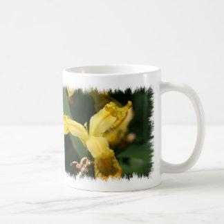 Tasse sauvage jaune d'iris
